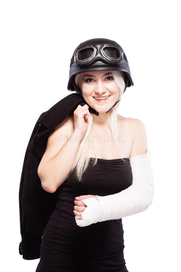 Meisje met een gebroken wapen in pleister, die motorfietshelm dragen royalty-vrije stock afbeelding