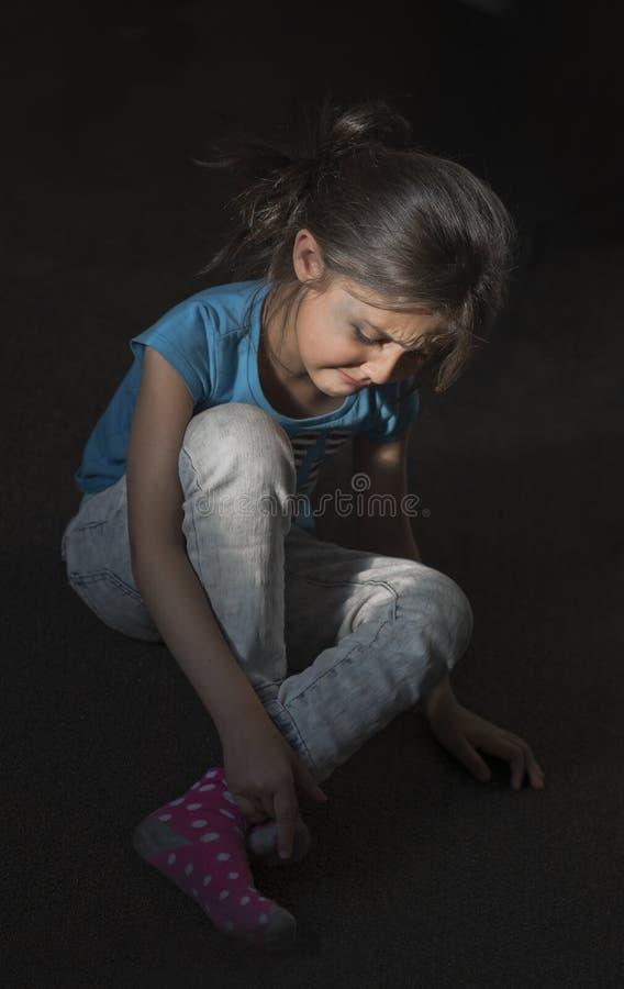 Meisje met een geslagen gezicht die in een donkere ruimte schreeuwen royalty-vrije stock foto