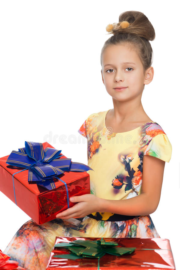 Meisje met een gift in zijn handen stock fotografie