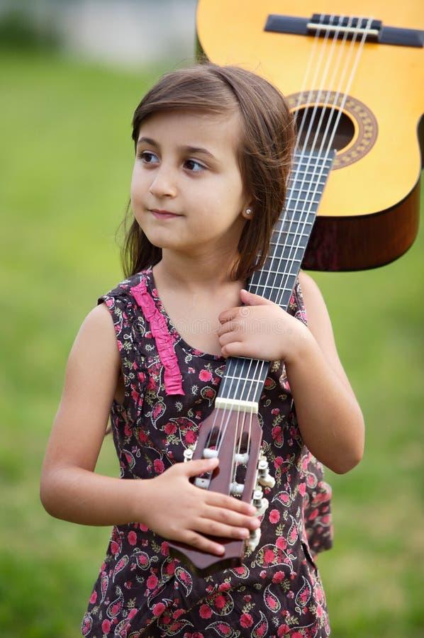 Meisje met een gitaar stock afbeeldingen