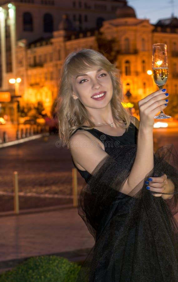 Meisje met een glas champagne bij nacht royalty-vrije stock foto