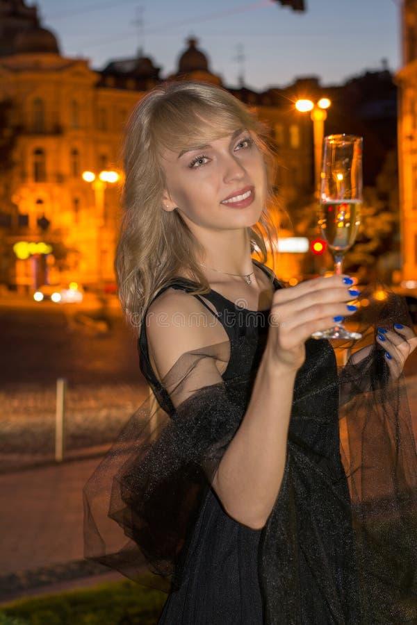 Meisje met een glas champagne bij nacht royalty-vrije stock fotografie