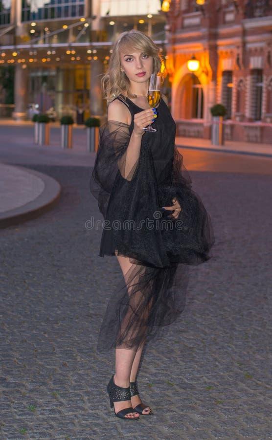 Meisje met een glas champagne voor de stad royalty-vrije stock fotografie