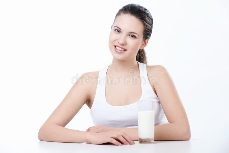 Meisje met een glas melk stock foto's