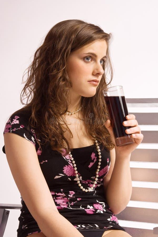 Meisje met een glas van cokes royalty-vrije stock afbeelding