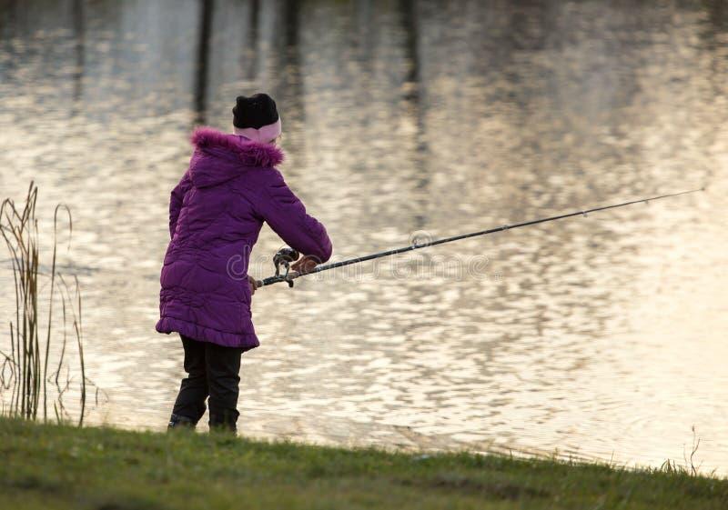 Meisje met een hengel op de rivier royalty-vrije stock fotografie