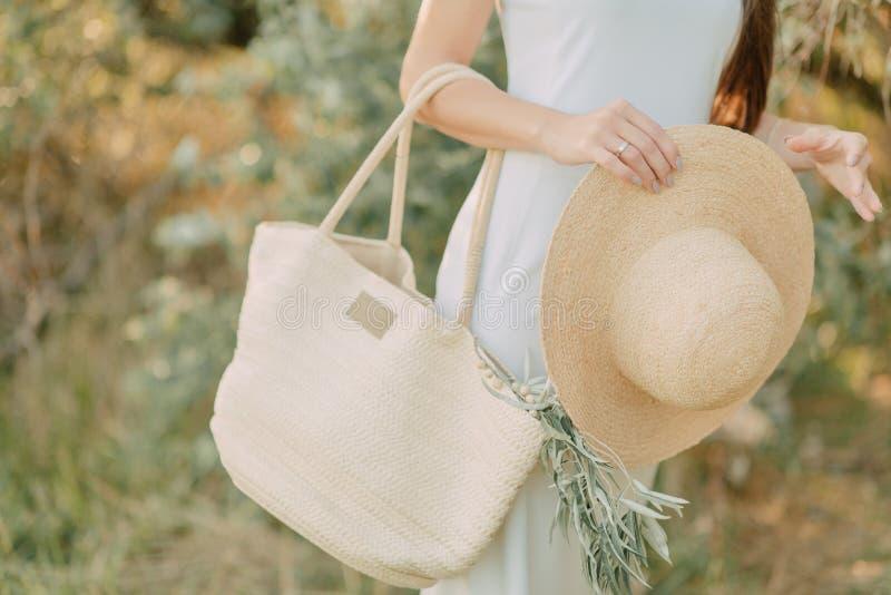 Meisje met een hoed in haar hand stock foto