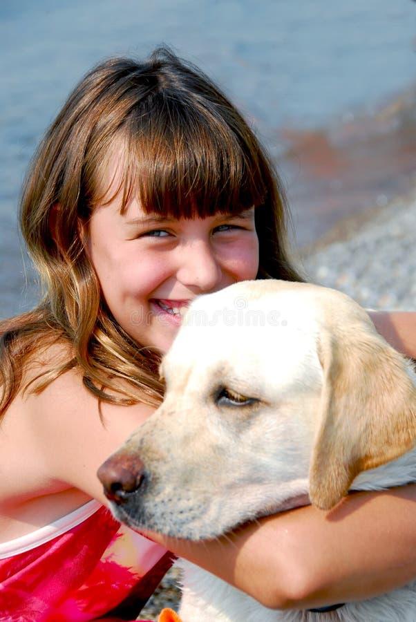 Meisje met een hond stock afbeelding