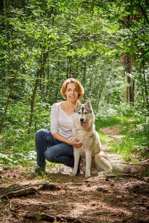 Meisje met een hond in de aard royalty-vrije stock afbeeldingen