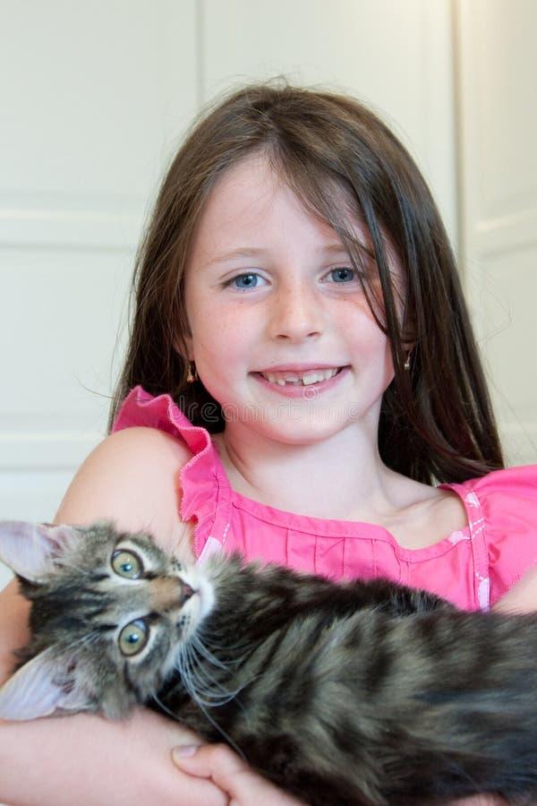 Meisje met een kat stock foto's