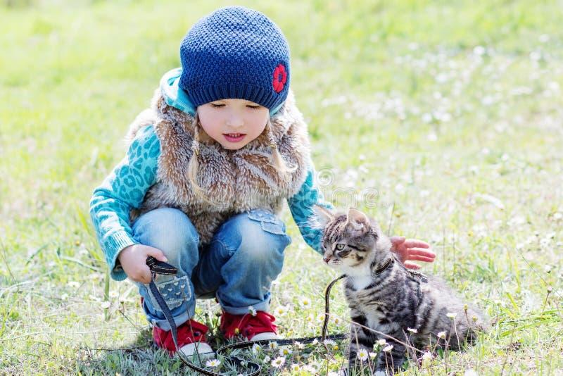 Meisje met een katje in openlucht royalty-vrije stock afbeeldingen