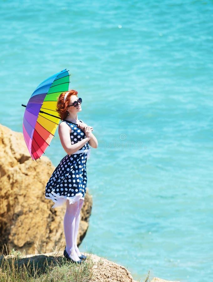 Meisje met een kleurrijke paraplu stock afbeeldingen