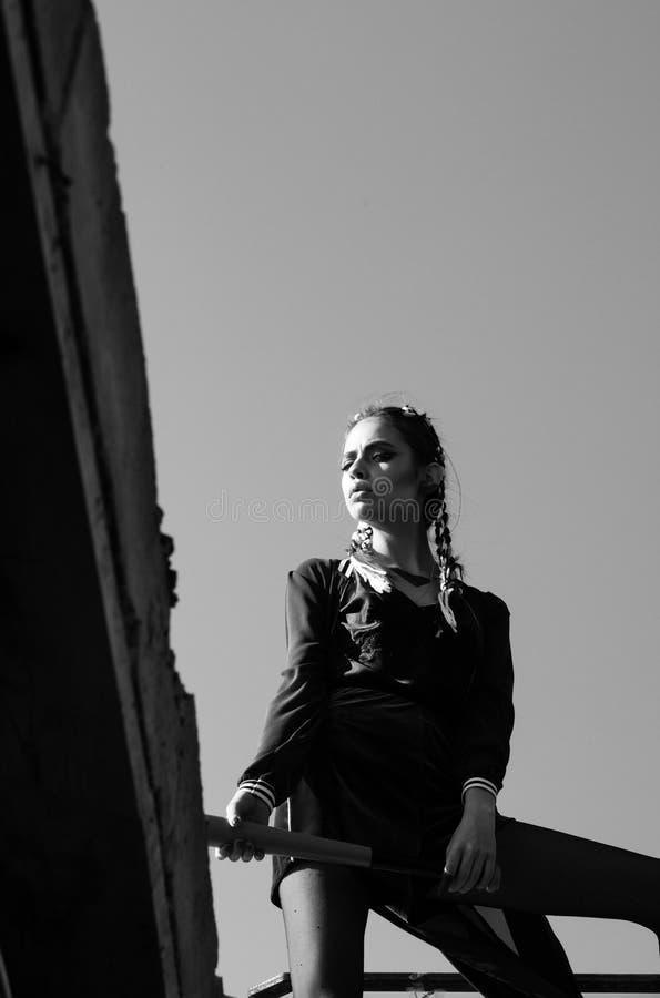 Meisje met een knuppel honkbalknuppel ter beschikking van jonge vrouw royalty-vrije stock foto