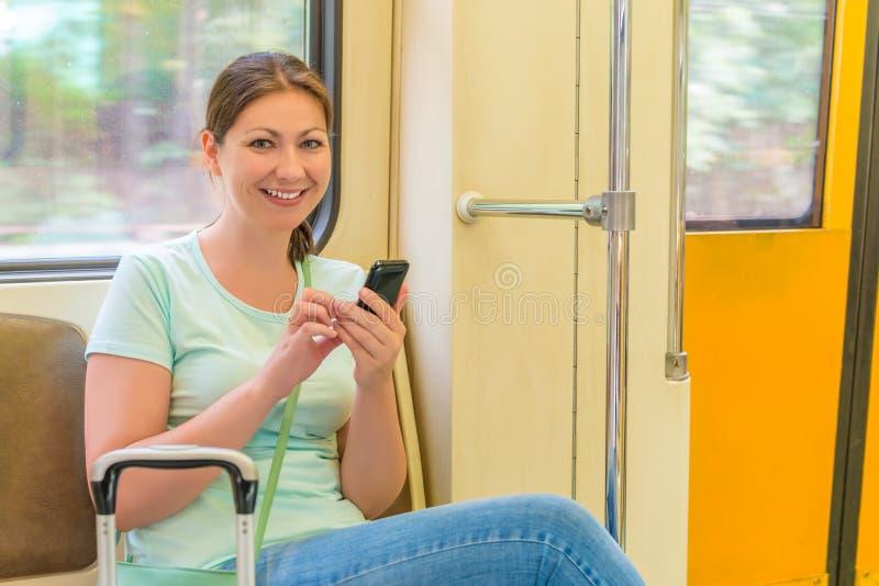 Meisje met een koffer in trein het reizen royalty-vrije stock foto