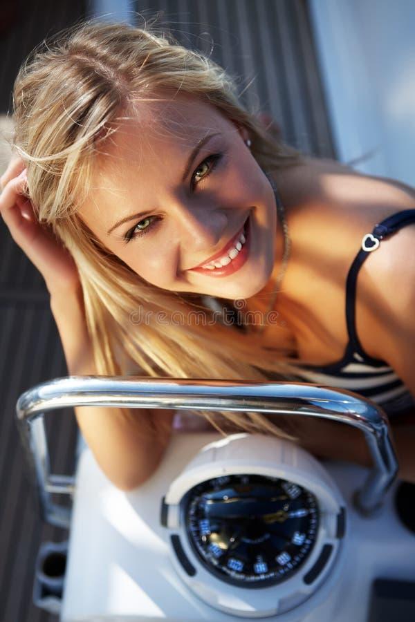 Meisje met een kompas royalty-vrije stock fotografie