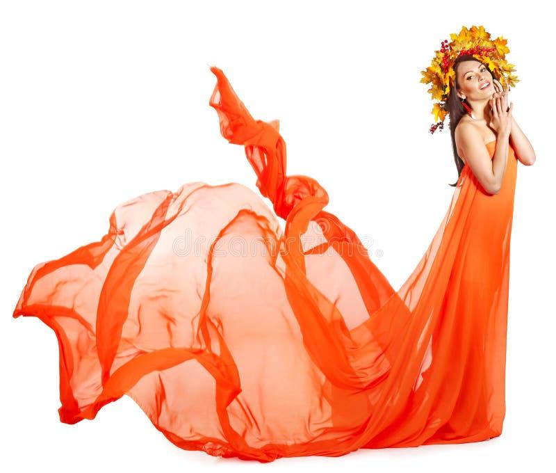 Meisje Met Een Kroon Van De Herfstbladeren Op Het Hoofd. Stock Afbeeldingen