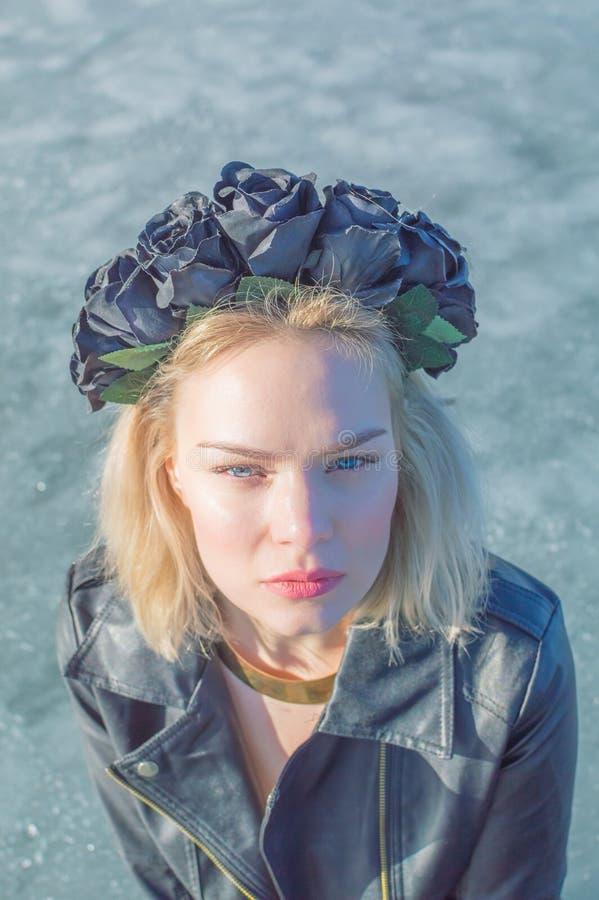Meisje met een kroon van zwarte bloemen, close-up royalty-vrije stock foto's