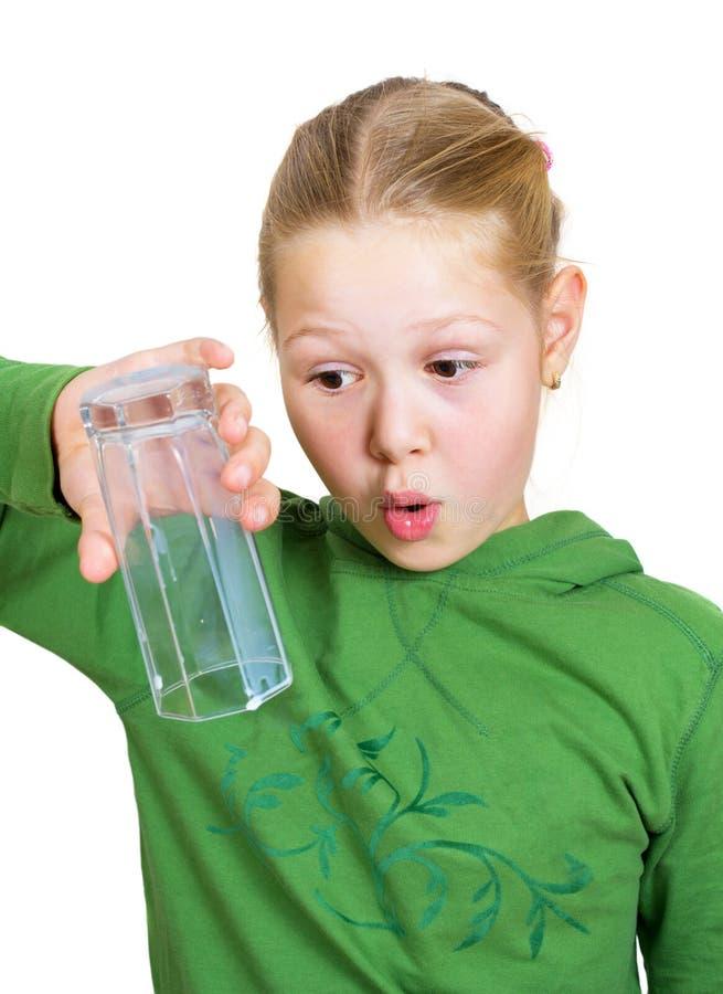 Meisje met een leeg geïsoleerdg glas royalty-vrije stock afbeelding