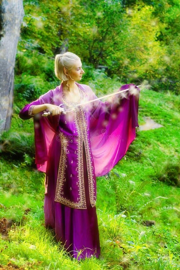 Meisje met een magisch zwaard royalty-vrije stock foto
