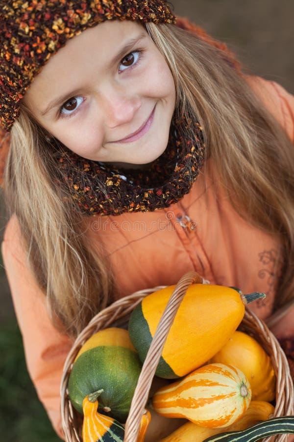 Meisje met een mandvol van pompoenen royalty-vrije stock fotografie