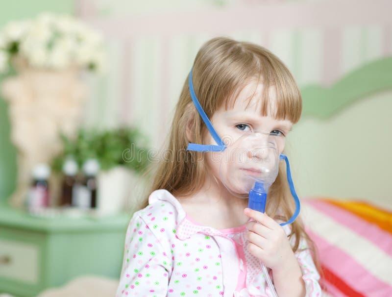 Meisje met een masker voor inhalaties royalty-vrije stock afbeelding