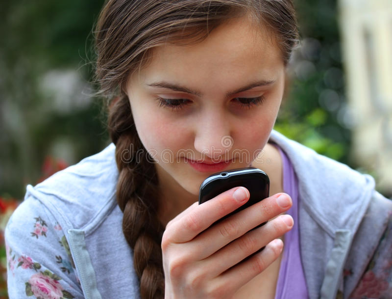 Meisje met een mobiele telefoon stock foto