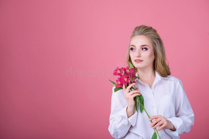 Meisje met een mooi boeket van bloemen op een achtergrond stock afbeeldingen