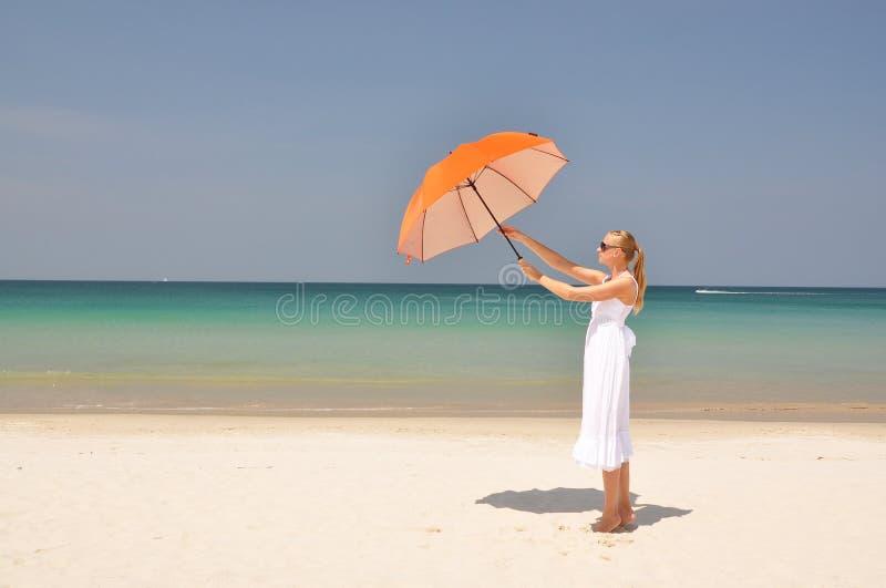 Download Meisje Met Een Oranje Paraplu Stock Afbeelding - Afbeelding bestaande uit azië, strand: 29505917