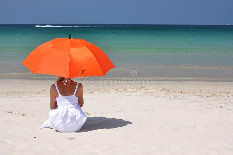 Meisje met een oranje paraplu royalty-vrije stock foto's