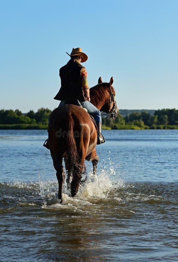 Meisje met een paard stock afbeelding