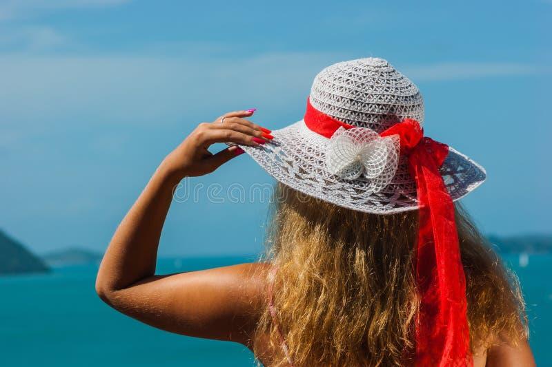 Meisje met een paraplu tegen het overzees royalty-vrije stock foto's