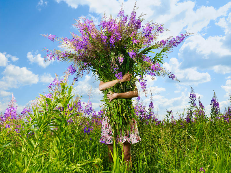 Meisje met een reuzeboeket van bloemen royalty-vrije stock afbeeldingen