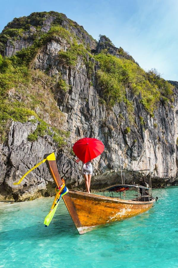 Meisje met een rode paraplu op een boot bij een toevlucht royalty-vrije stock fotografie