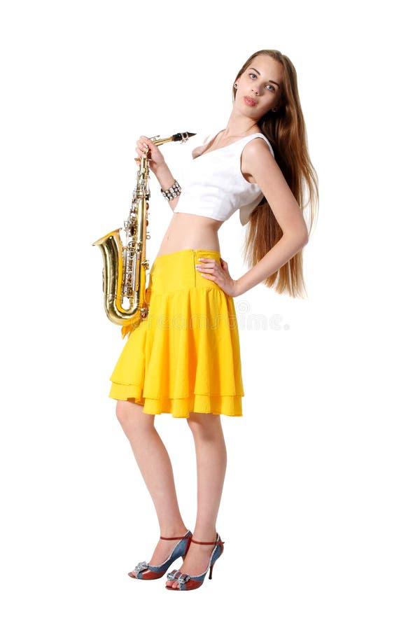 Meisje met een saxofoon muzikaal instrument stock foto
