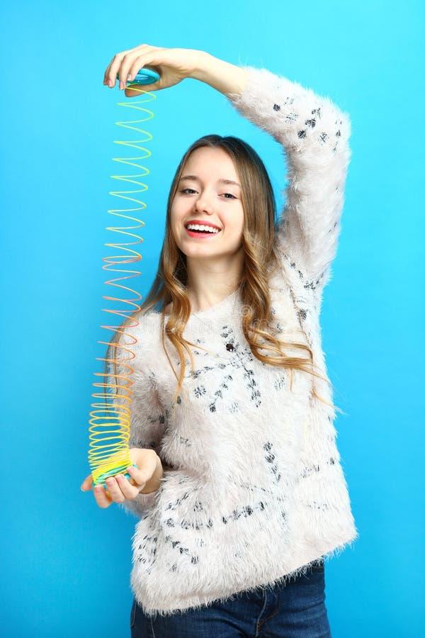 Meisje met een stiekem stuk speelgoed royalty-vrije stock afbeeldingen