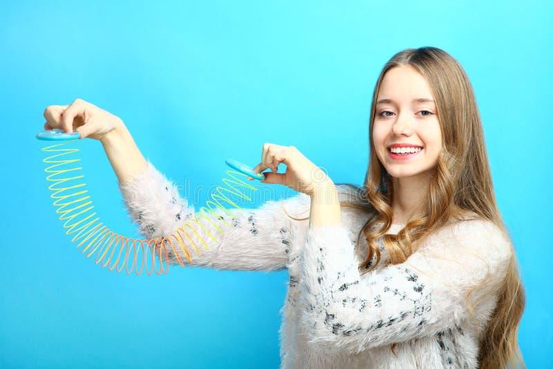 Meisje met een stiekem stuk speelgoed royalty-vrije stock afbeelding