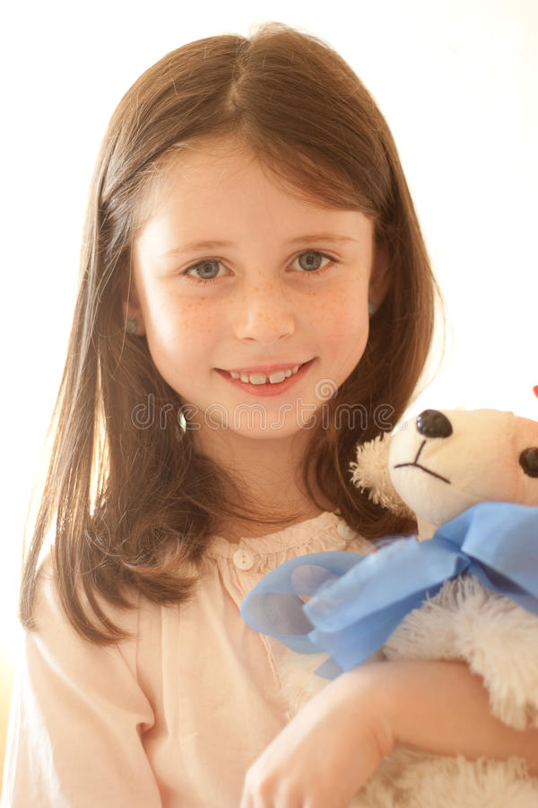 Meisje met een stuk speelgoed stock afbeelding