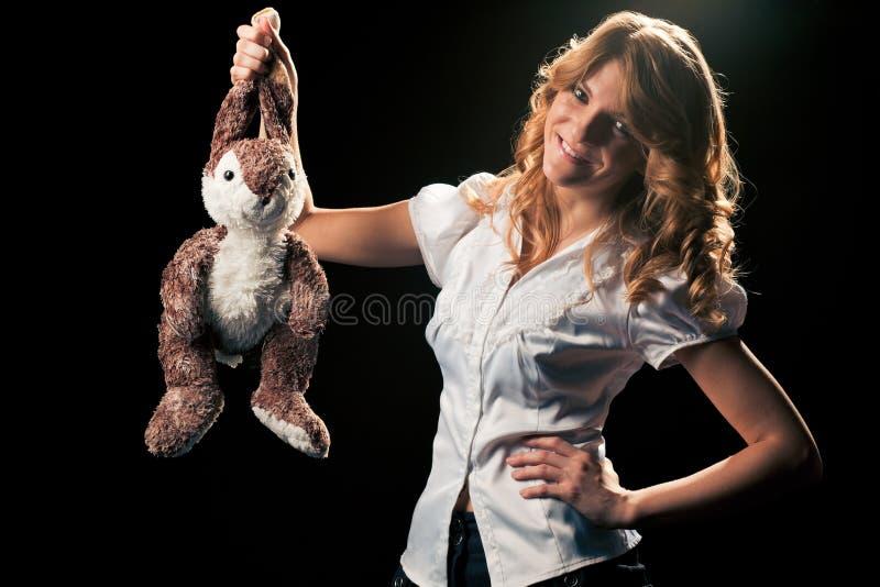 Meisje met een stuk speelgoed konijn stock fotografie