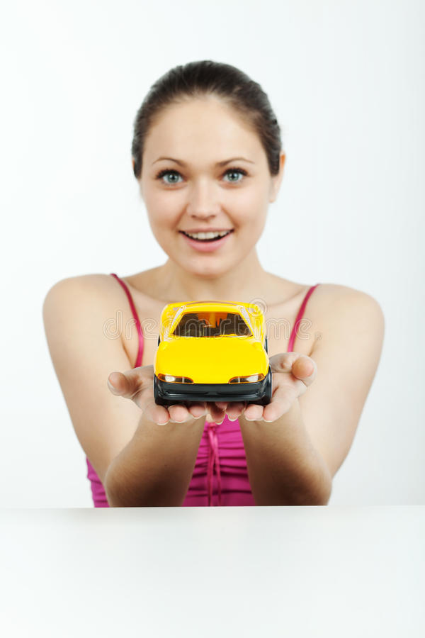 Meisje met een stuk speelgoed machine stock fotografie
