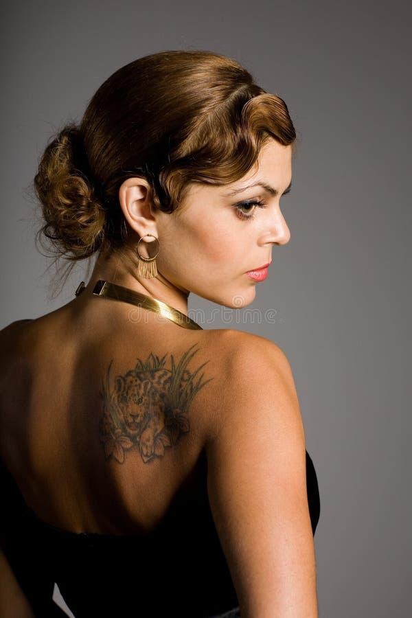 Meisje met een tatoegering op zijn schouder royalty-vrije stock afbeeldingen