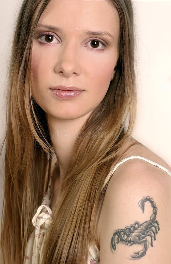 Meisje met een tatoo van Schorpioen royalty-vrije stock afbeelding