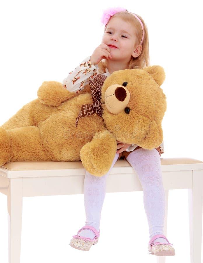 Meisje met een teddybeer stock foto