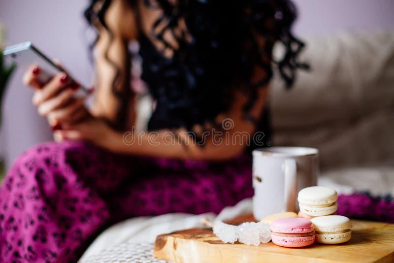 Meisje met een telefoon in de ochtend royalty-vrije stock foto's