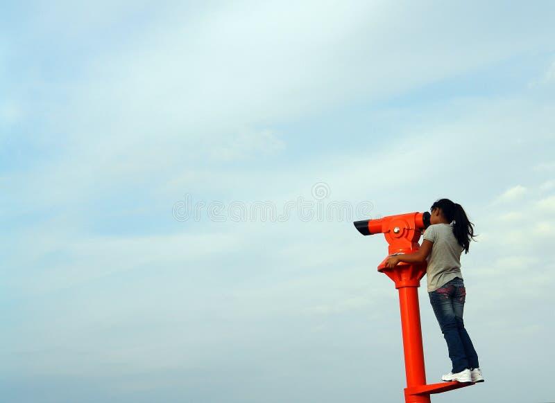 Meisje met een telescoop royalty-vrije stock afbeelding