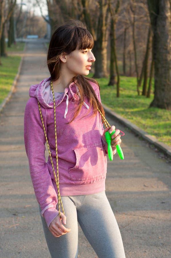 Meisje met een touwtjespringen royalty-vrije stock foto