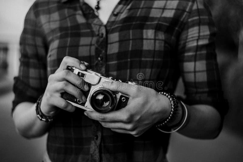 Meisje met een uitstekende zwart-witte camera royalty-vrije stock foto's