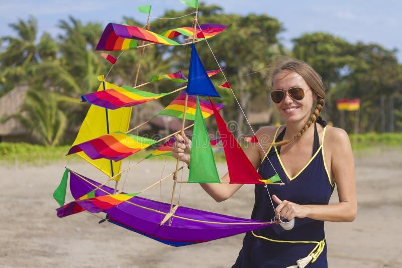 Meisje met een vlieger royalty-vrije stock afbeeldingen
