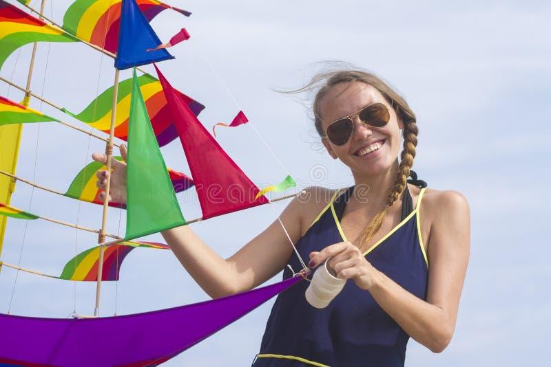 Meisje met een vlieger stock fotografie