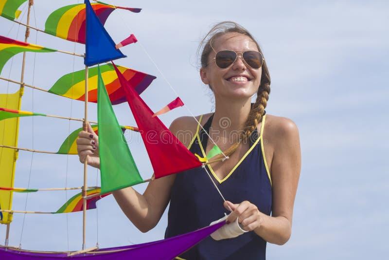 Meisje met een vlieger stock afbeelding
