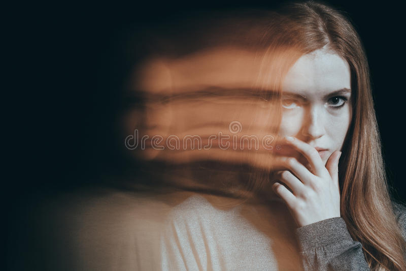 Meisje met een wantrouwende blik royalty-vrije stock afbeeldingen